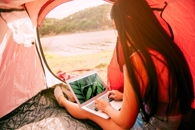 Maquete do laptop com camping no conceito de natureza