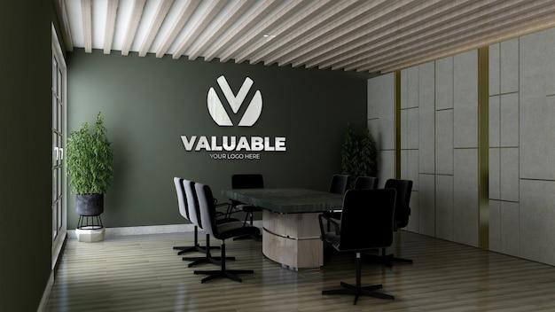 Maquete do logotipo 3d com reflexo na sala de reuniões do escritório com parede verde