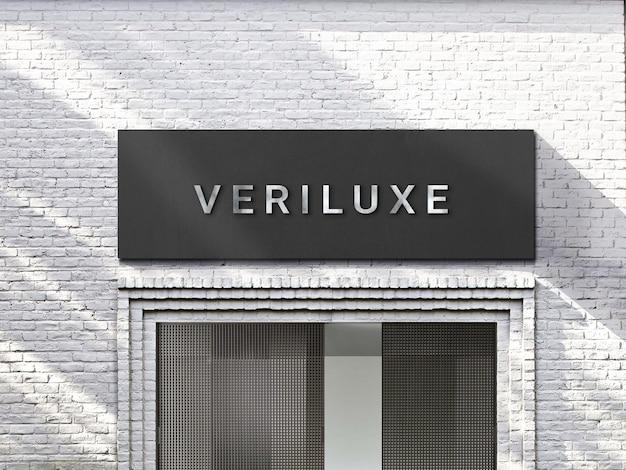 Maquete do logotipo 3d moderno do chrome em uma placa preta na fachada