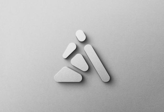 Maquete do logotipo 3d na parede emaranhada branca
