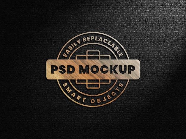 Maquete do logotipo 3d realista de madeira na parede escura
