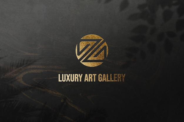 Maquete do logotipo com textura de parede dourada de luxo