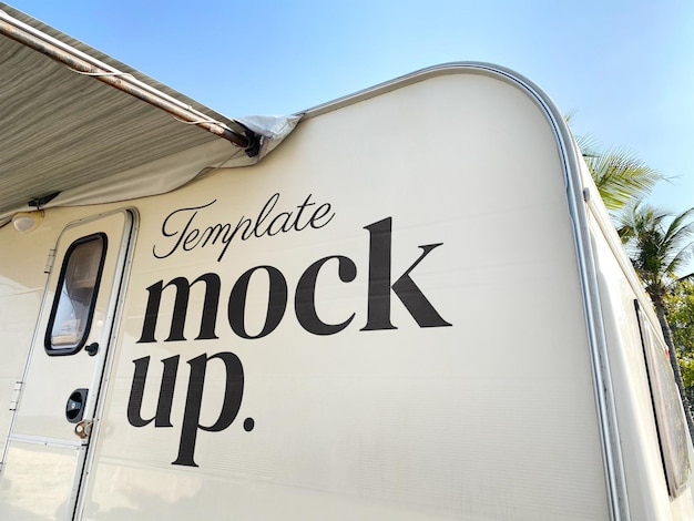 Maquete do logotipo da empresa caravana realista