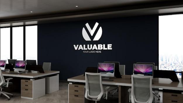 Maquete do logotipo da empresa na sala de trabalho do escritório