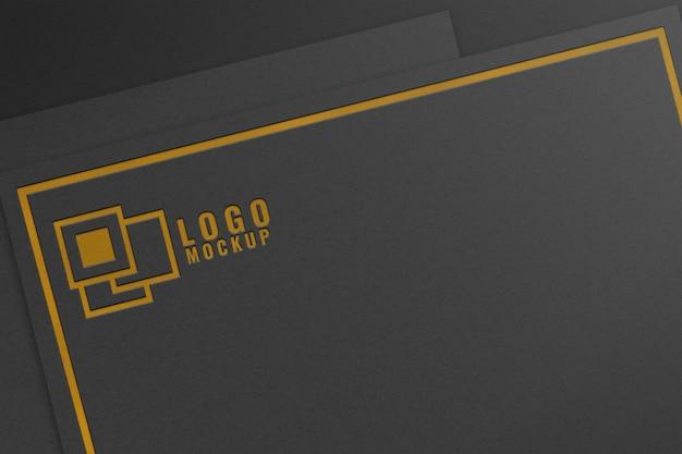 Maquete do logotipo da folha de ouro em papel preto
