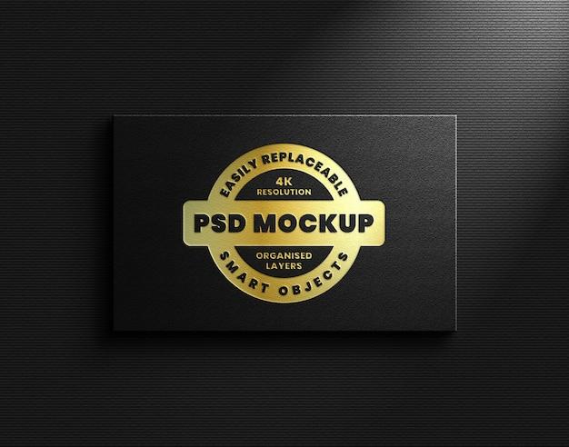 Maquete do logotipo da folha de ouro na parede