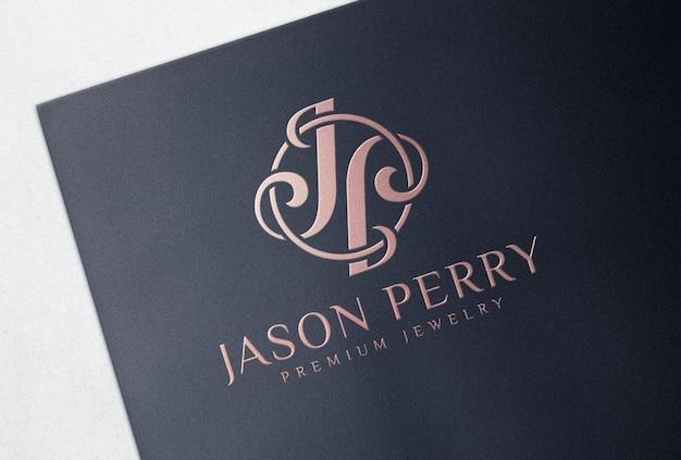 Maquete do logotipo da folha de ouro rosa em cartão de papel preto