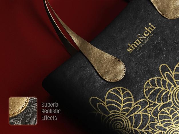 Maquete do logotipo da marca em uma vista em perspectiva de bolsa de couro feminina