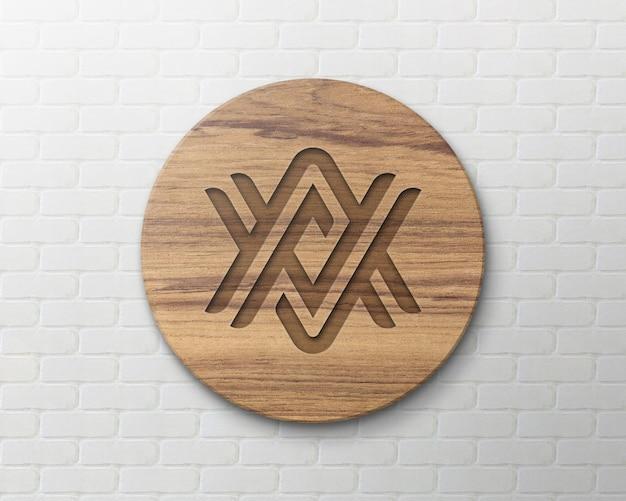 Maquete do logotipo da placa de madeira na parede de tijolos