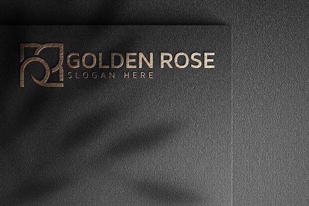 Maquete do logotipo da rosa dourada em papel escuro