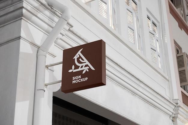 Maquete do logotipo da tabuleta na fachada elegante