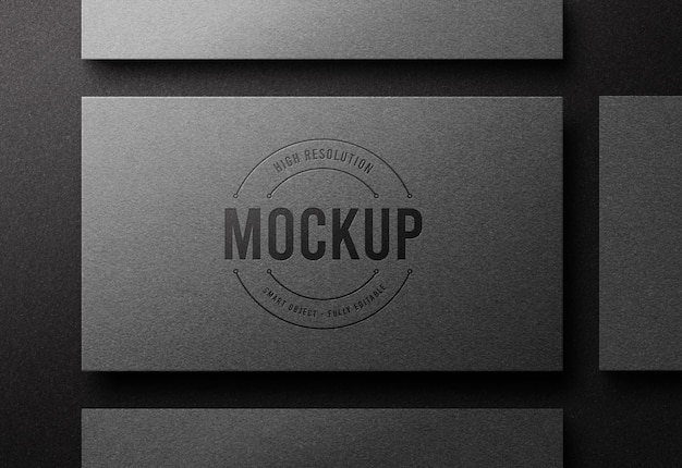 Maquete do logotipo da vista superior no cartão de visita prateado com efeito de impressão tipográfica