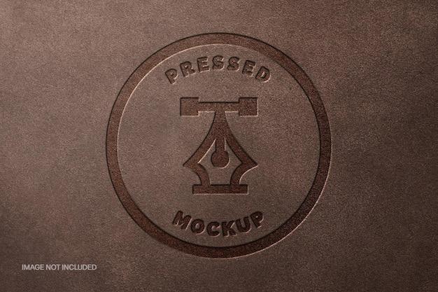 Maquete do logotipo de couro marrom prensado