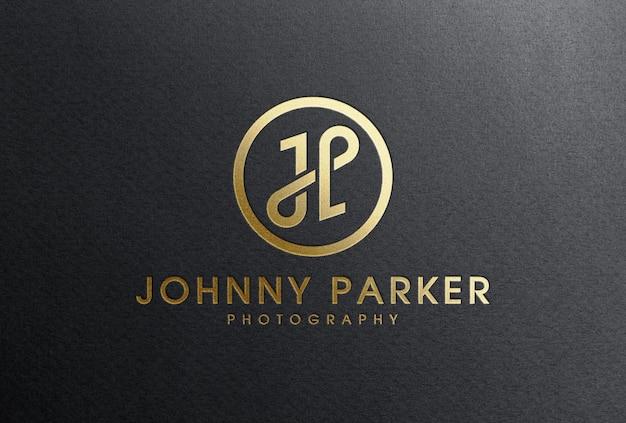 Maquete do logotipo de folha de ouro com relevo em papel preto
