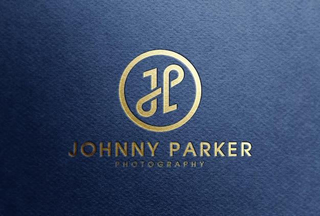 Maquete do logotipo de folha de ouro em papel azul