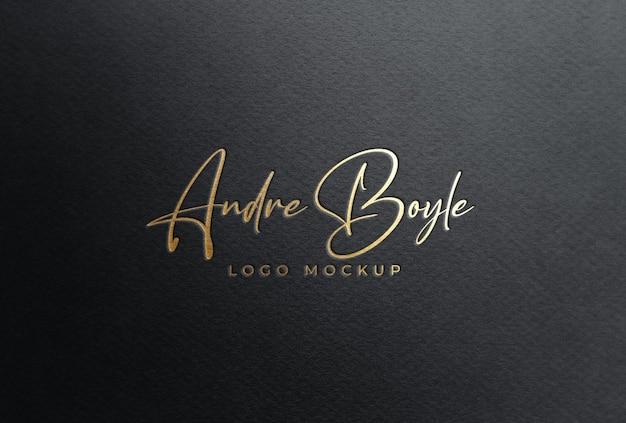 Maquete do logotipo de folha de ouro em papel preto