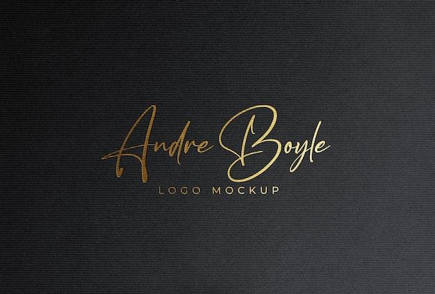 Maquete do logotipo de folha de ouro estampado em cartão de papel preto