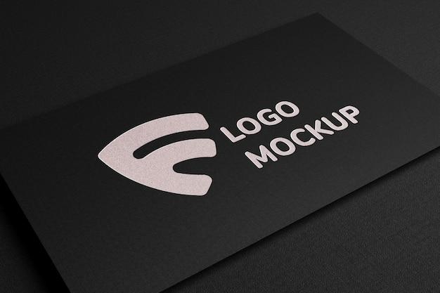 Maquete do logotipo de luxo com folha de prata em relevo no cartão de visita preto