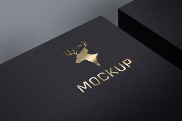 Maquete do logotipo de luxo dourado em caixa preta