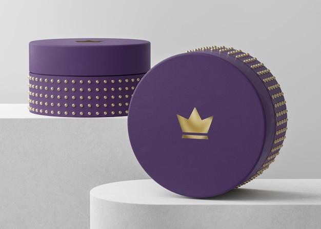 Maquete do logotipo de luxo na caixa de joias roxa para a identidade da marca renderização em 3d
