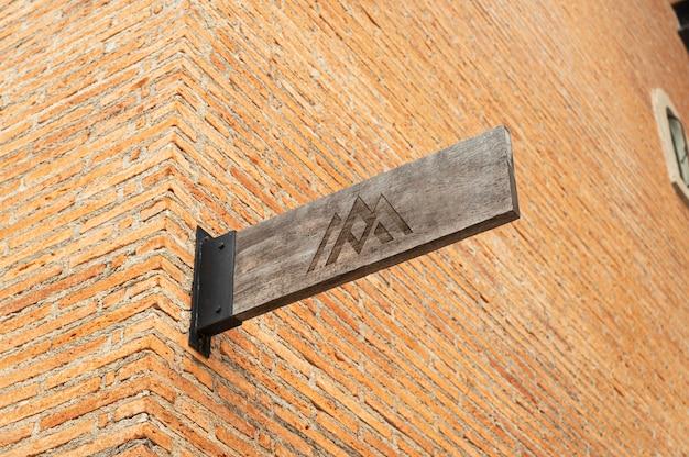 Maquete do logotipo de madeira da placa da loja na parede