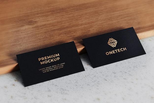 Maquete do logotipo do cartão de visita realista ouro preto texturizado
