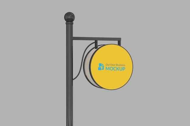 Maquete do logotipo do círculo pendurar sinal com cor editável em ambiente noturno