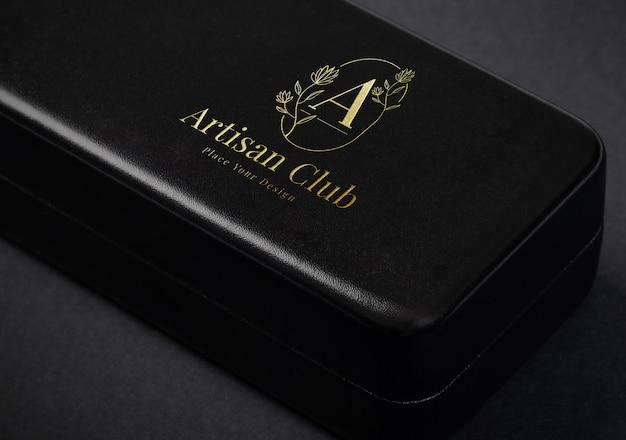 Maquete do logotipo dourado de luxo em caixa de couro
