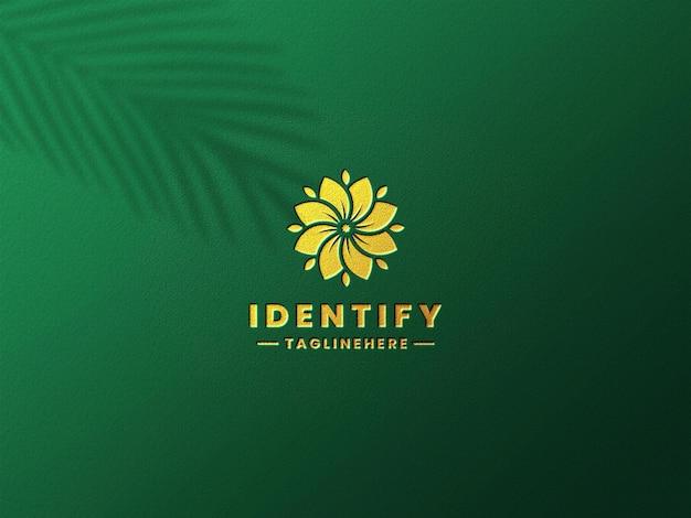 Maquete do logotipo dourado de luxo em papel verde