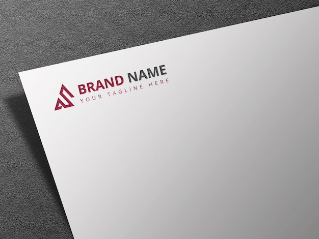 Maquete do logotipo dourado em relevo em papel branco