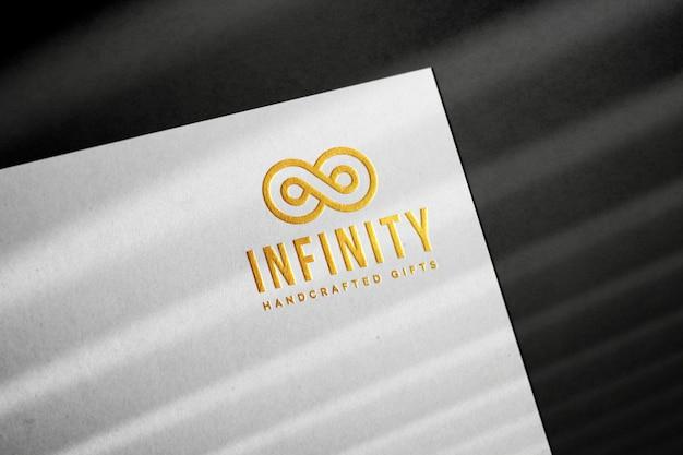 Maquete do logotipo dourado em relevo