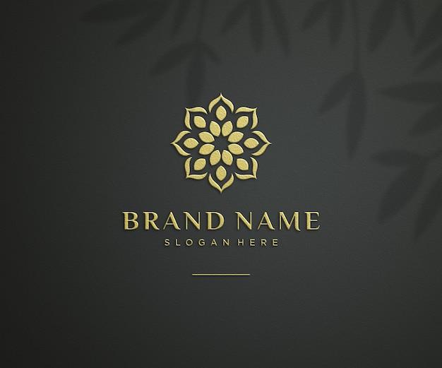 Maquete do logotipo elegante em relevo na parede preta