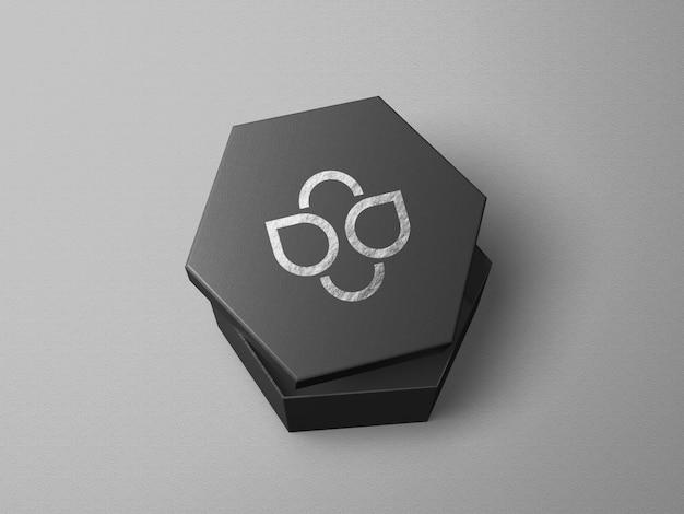 Maquete do logotipo em caixa em forma de hexágono com estampa prateada