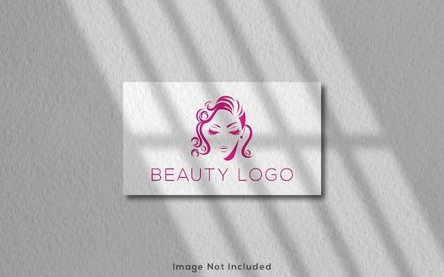 Maquete do logotipo em cartão branco branco com sombra