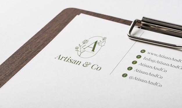 Maquete do logotipo em cima do papel ofício branco
