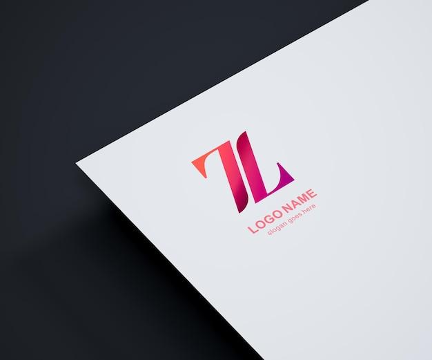 Maquete do logotipo em papel branco e fundo escuro