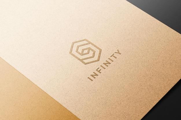 Maquete do logotipo em relevo em papel kraft