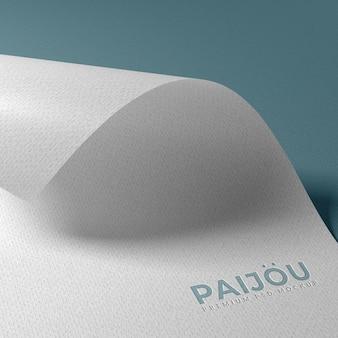 Maquete do logotipo em relevo em papel texturizado
