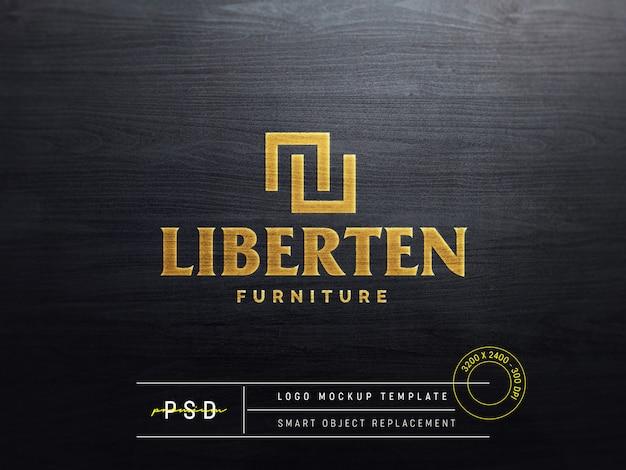 Maquete do logotipo em relevo na madeira preta