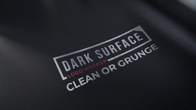 Maquete do logotipo em tecido escuro amassado