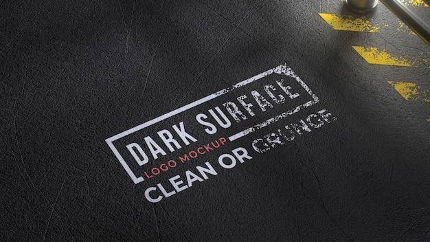 Maquete do logotipo em um chão escuro