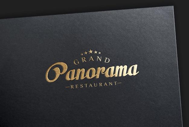 Maquete do logotipo estampado com folha de ouro no cartão preto