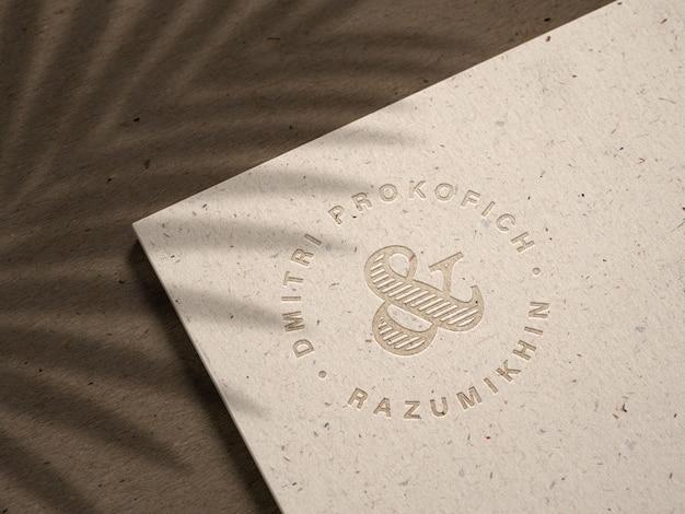 Maquete do logotipo gravada em papel kraft reciclado