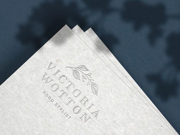 Maquete do logotipo gravada em papel reciclado
