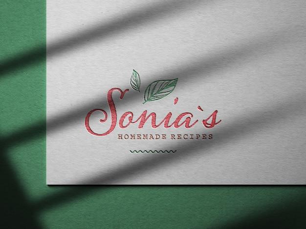 Maquete do logotipo gravada em papel texturizado