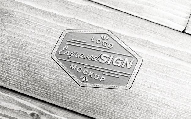 Maquete do logotipo gravado em pranchas de madeira