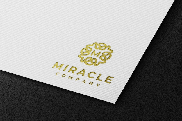 Maquete do logotipo limpo de luxo dourado em papel prensado branco
