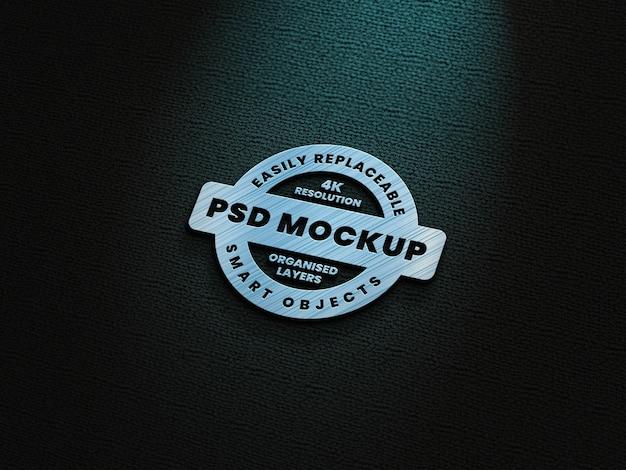 Maquete do logotipo metálico com efeito de luz azul-esverdeado
