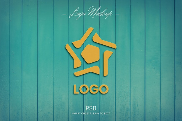 Maquete do logotipo na parede de madeira turquesa