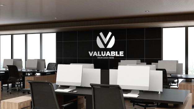 Maquete do logotipo na parede do espaço de trabalho de um escritório moderno